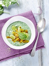 Fruity spinach-smoothie-bowl
