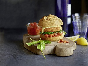 Fisch sandwich with spinach and tomato relish