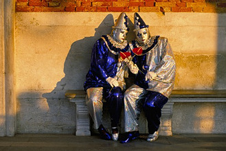 Couple dressed in masks and costumes taking part in Carnival, Venice Carnival, Venice, Veneto, Italy, Europe