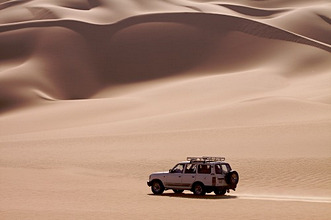 A 4X4 on the dunes of the erg of Murzuk in the Fezzan Desert, Libya, North Africa, Africa
