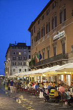 Outdoor restaurants on Corso Vannucci at dusk, Perugia, Umbria, Italy, Europe