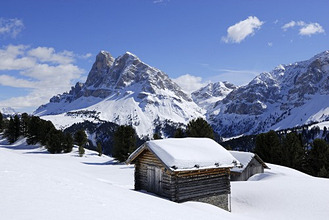 Snow-covered alpine lodge in front of Peitlerkofel, Grosser Gabler, Eisacktal, Dolomites, Trentino-Alto Adige/Suedtirol, Italy