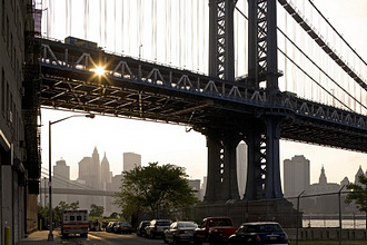 Manhattan Bridge, connects the New York City boroughs of Manhattan and Brooklyn by spanning the East River, in the background Skyline Manhattan, New York, New York City, North America, USA