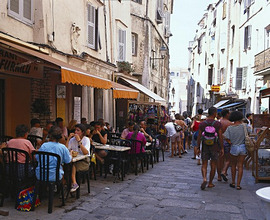 France, Corsica, Bonifacio, alley, Strassencafe, bargain, tourist *** Local Caption *** 03197992