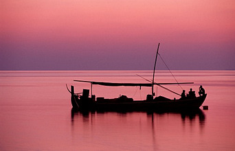 sea, fishing boat, man, dusk *** Local Caption *** 03752903