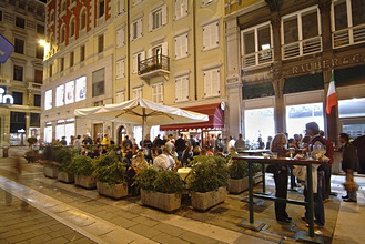 Italy, Venetien, Triest, pedestrian zone, Strassencafe, evening *** Local Caption *** 03762871