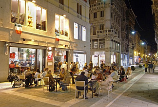 Italy, Venetien, Triest, pedestrian zone, Strassencafe, evening *** Local Caption *** 03762873