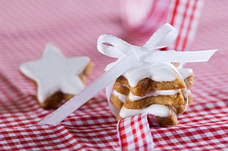 Star-shaped cinnamon biscuits on a gingham tablecloth decorated with a bow