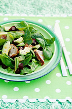 Spinach salad with avocado, beetroot and chicken breast