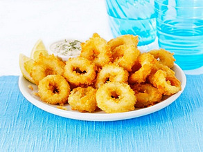 Deep-fried squid rings with tartare sauce
