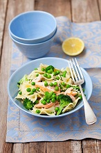Ffarfalle salad with broccoli, peas and baked salmon