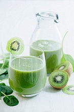 A smoothie with apple, spinach and kiwi