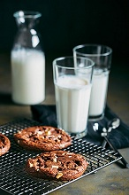 Chocolate cookies and glasses of milk