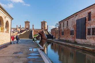 Via della Pescheria street, View of the Trepponti Bridge, Comacchio, Emilia Romagna, Italy, Europe