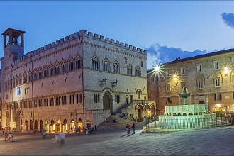 Piazza IV Novembre square at night, View Fontana Maggiore fountain, Perugia, Umbria, Italy, Europe