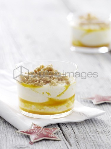 Curd cream with cookie topping