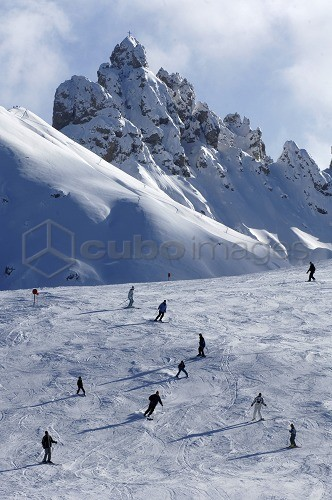 Skiers on a ski slope in the sunlight, Alpe di Siusi, Dolomites, South Tyrol, Italy, Europe