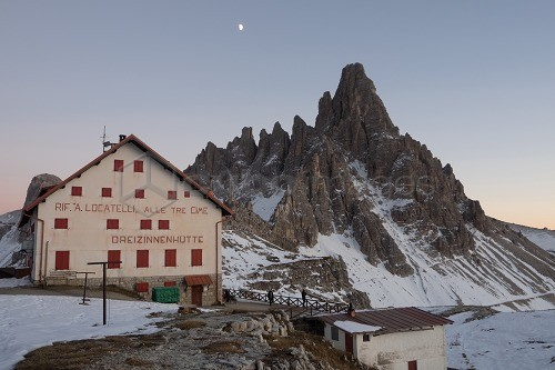 Locatelli hut, Three peaks of Lavaredo, Tre Cime di Lavaredo, Dolomites mountain, UNESCO, World Heritage Site, Veneto, Italy, Europe