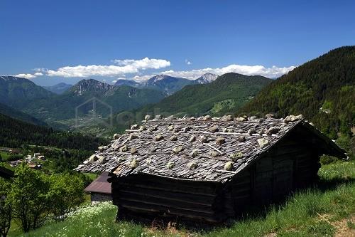 Trentino montagna valle dei mocheni paesaggio panoramica for Baita di legno
