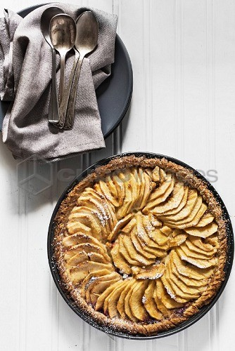 An apple tart in a baking dish (seen from above)