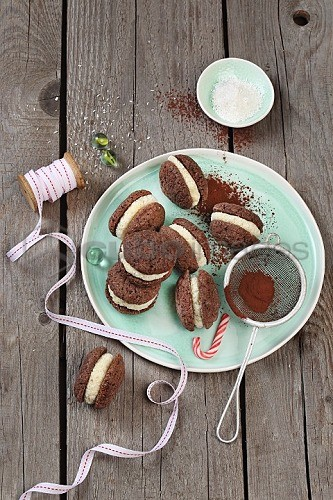 Cocoa biscuits filled with coconut cream